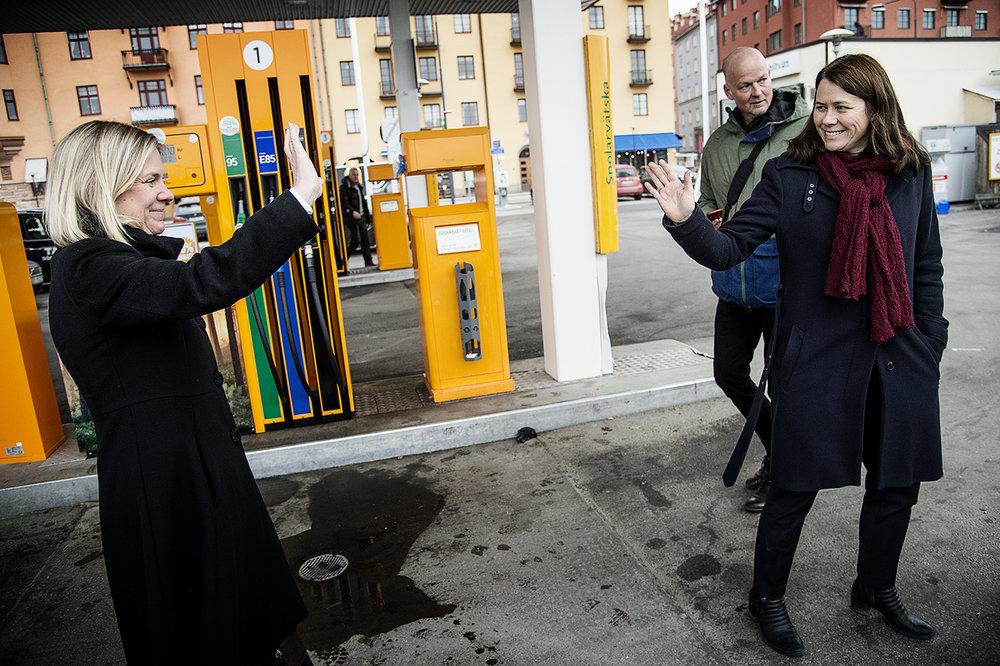 Magdalena Andersson och Åsa Romson vinkar hej då till varandra efter att de avslutat en intervju med Aftonbladet gällande sänkt skatt på etanol.