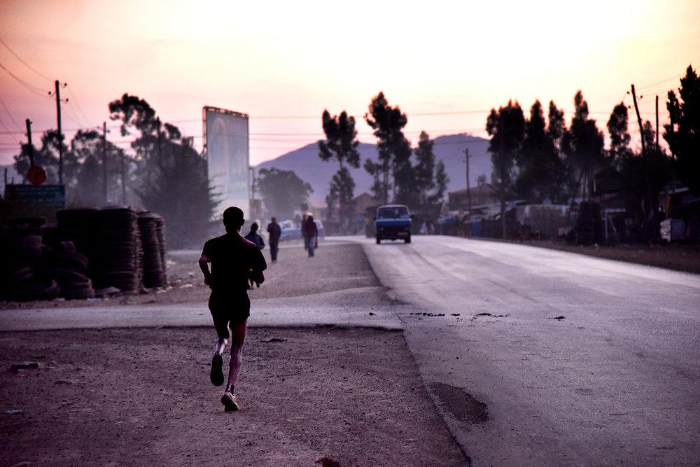 Skulle bara göra ett snabbjobb på förmiddagen. På eftermiddagen sitter jag på ett plan till Etiopien i förhoppningen att Abeba Aregawi skulle gå att få tag på. Istället resulterade resan i    detta.    Bilden är tagen kl 05:30 i löparmekat Sululta.