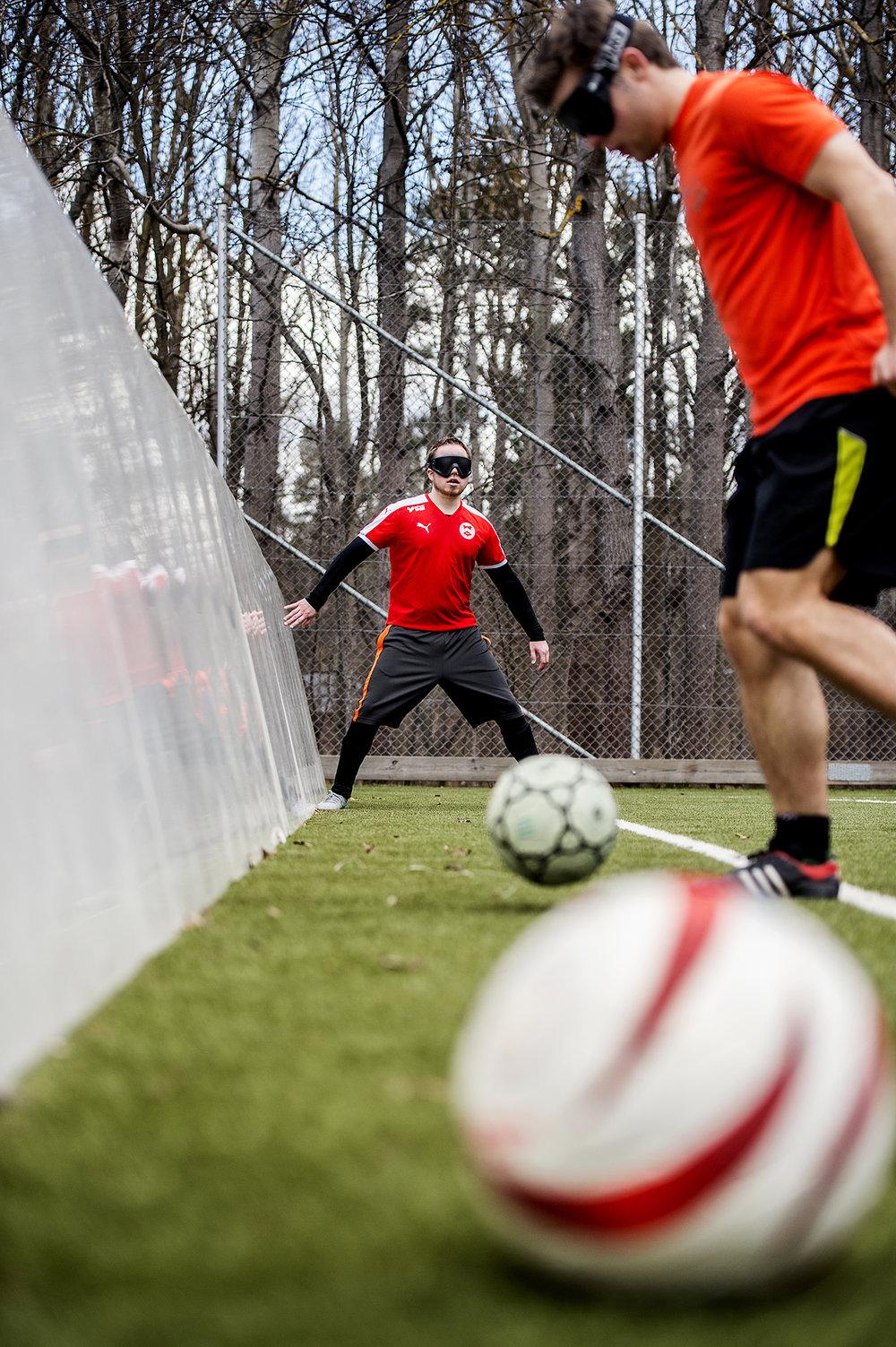 Fick i uppdrag: Ta en bild på blindfotboll som funkar på en helsida.