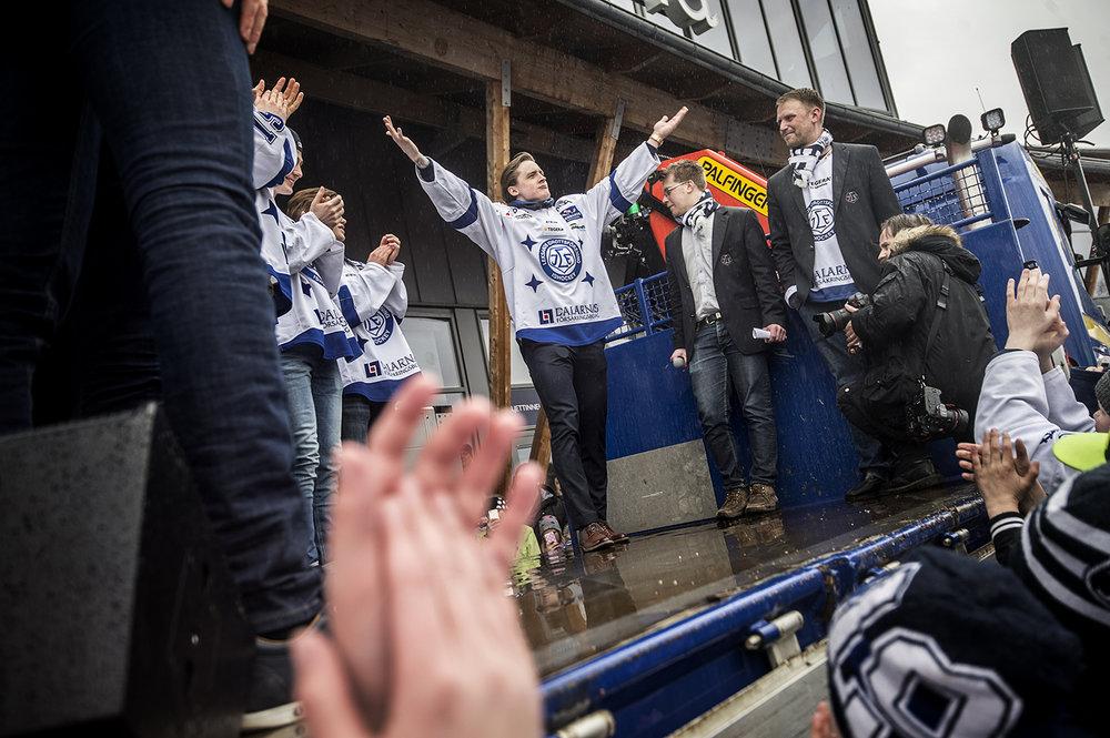 Leksand gick upp i SHL och firades utanför Ejendals arena.