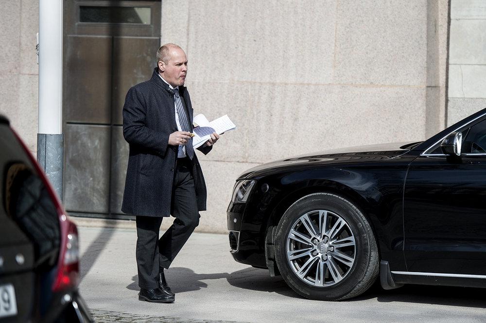 En solig dag kom justitieminister Morgan Johansson ut från Rosenbad med viktiga papper och en bulle i handen.