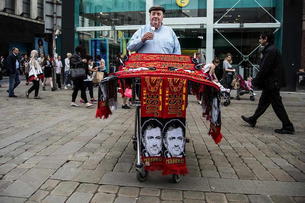 En halsdukförsäljare i Manchester. Vi åkte över för att ta pulsen på ev. Zlatan-feber.