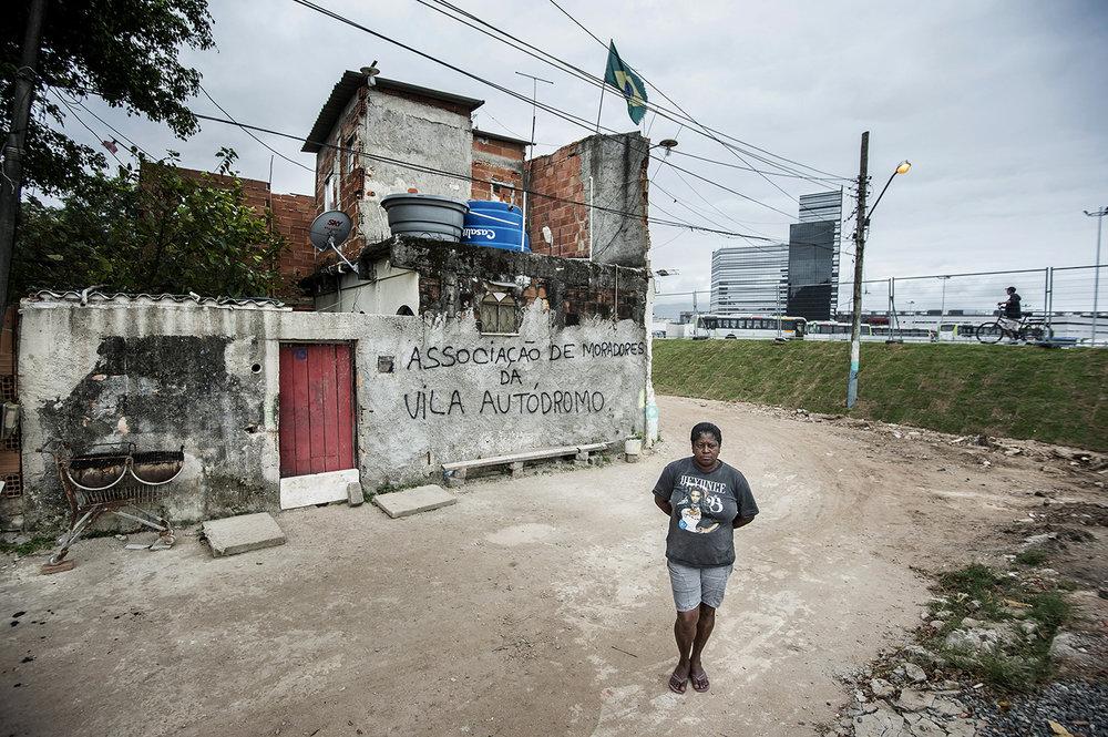 Sandra Regina Damiao har bott i området Vila Autódromo i Barra i 20 år. När OS hamnade i Rio ombads hon flytta, men hon vägrade. Nu är hon den sista tillsammans med sin familj att bo kvar. Huset revs under OS och familjen flyttade till nytt boende.