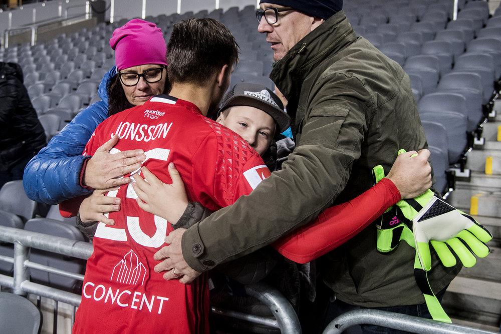 Oscar Jonsson, Djurgårdens IF tröstas av familjen efter förlusten mot Jönköpings Södra IF.