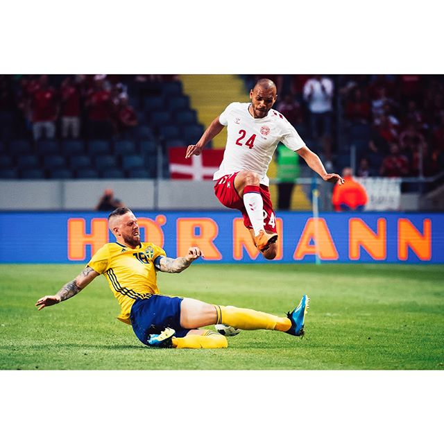 Sweden-Denmark, an event that made the Swedish fans cheer only once. ⬆️ When Pontus Jansson made this slide tackle. I am happy that the children of the players were there so that it became some fun pictures, after all. For @sportbladet #fifaworldcup2018 #roadtoworldcup2018 @swemnt