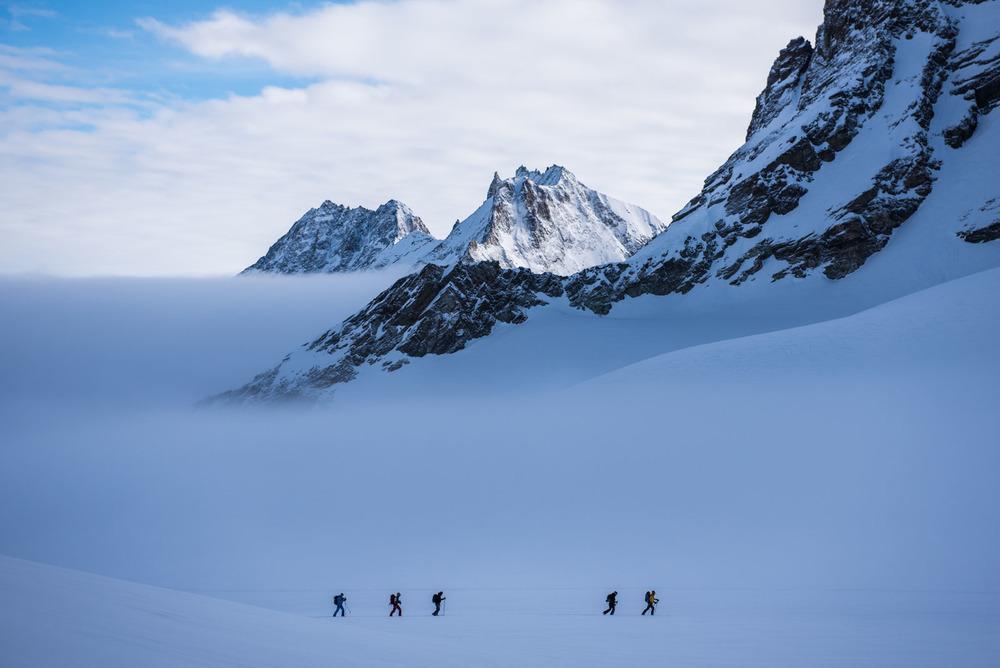 Un groupe de skieurs au petit matin