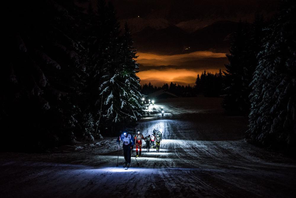 Course de ski-alpinisme en nocturne