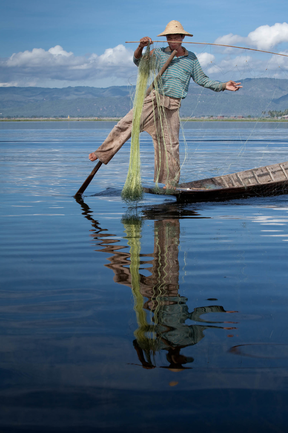 one-legged-fisherman-fishing-Inle-lake--myanmar-burma-asia-travel