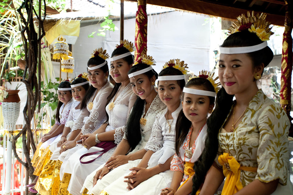 young-girls-traditional-dress-hindu-temple-funeral-Kuta-Bali-indonesia-asia-travel