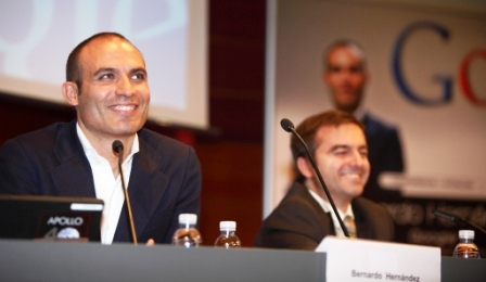 Bernardo Hernández, new Flickr CEO, smiles at a conference during what may have been happier times. Photo by Grupo Xabide.