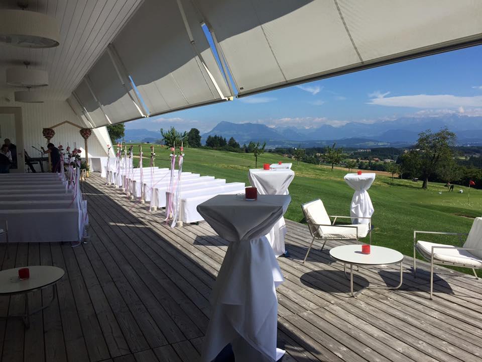 Die Kosten für einen vollberuflichen Zeremonienleiter betragen in der Schweiz rund CHF 2000.- (Bild von einer Hochzeitszeremonie auf dem Golfplatz Sempachersee. © zeremoniar.ch