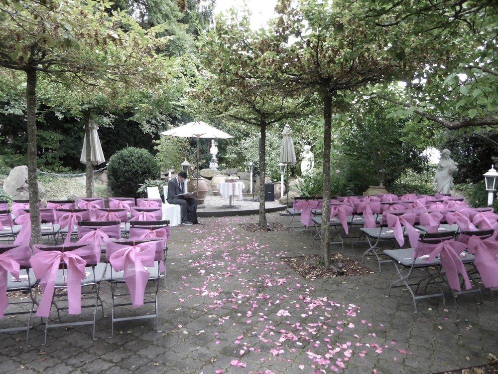 Eine gute Vorbereitung ist mehr als die halbe Zeremonie: Daniel Stricker vor Beginn einer Freien Trauung im Bad Bubendorf BL.