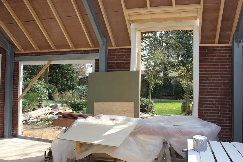Door de grote ramen en deuren ontstaat er een sterke binding met de tuin