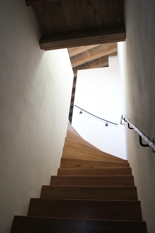 Hout als materiaal komt overal terug in de appartementen, ook in de trap naar het bovenste appartement
