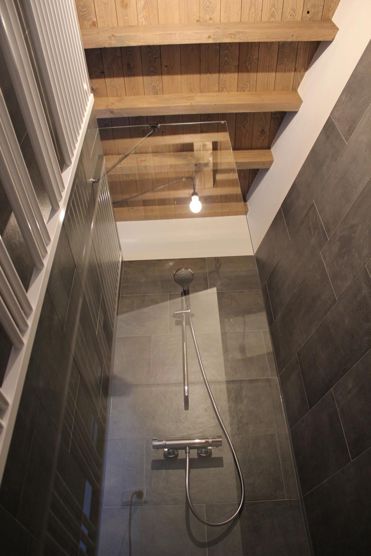 Industriële maar warme sfeer keert ook in de badkamer terug