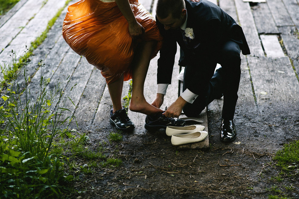 Bride puts on garbage bag and sneakers to protect dress