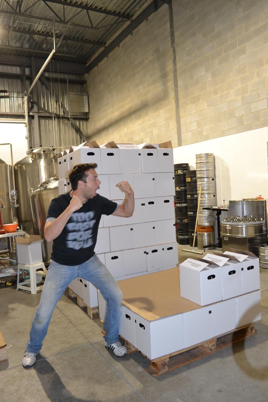 Alex Atman qui s'attaque à la tour de bière future.