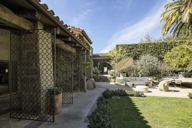 10-2840HiddenValley_02-veranda+courtyard.jpg
