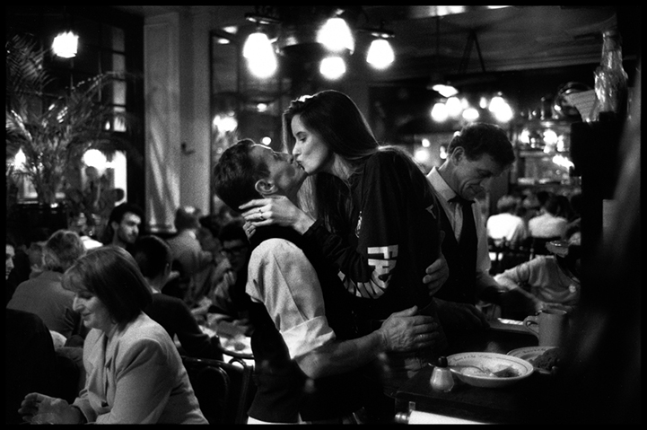 (Image by  Peter Turnley  via   My Modern Met  )