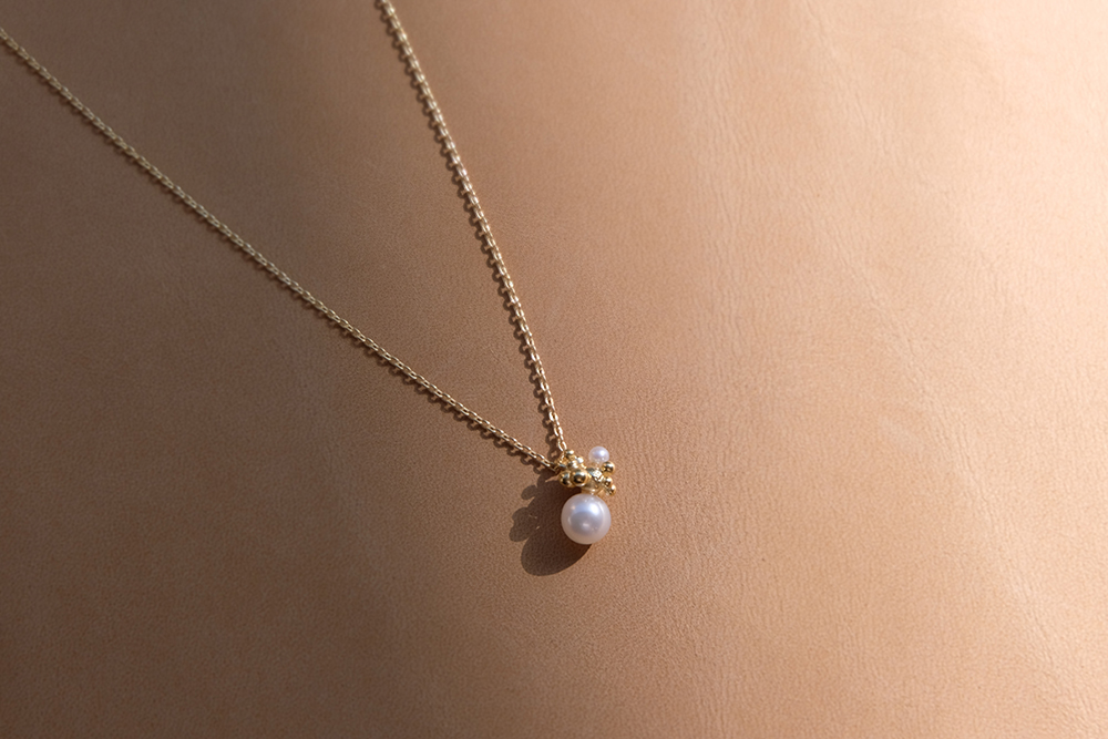 Very few pieces put petite pearls on the centre stage, and far fewer does it with such elegance like this Bubbling Sensations Pendent does. Arranged in an organic fashion, tiny pearl and silver orbs cluster together like soap bubbles, making it the casual delight that it is.