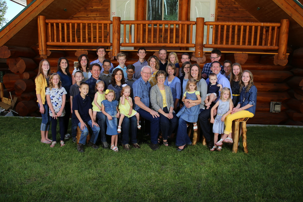 Bountiful portrait studio,  large family reunion photography by Kelly Loveless