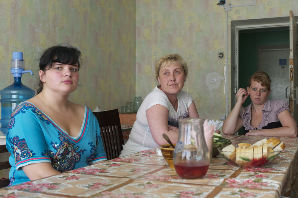Displaced women from Donetsk volunteer to help other displaced people at a collective center. Civil society organizations are providing many of the essential services to the internally displaced, including shelter. Photo: Patrick Breslin