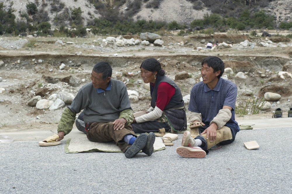 Pilgrims resting on the way to Lhasa