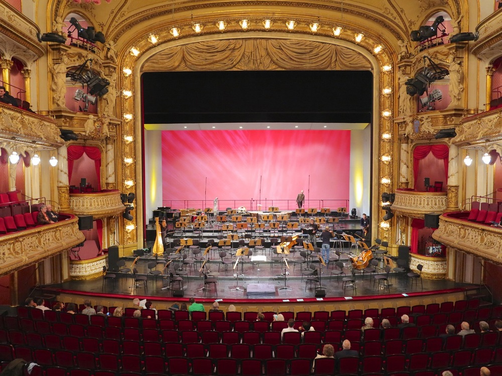 Preparations for the Christmas Concert in the Wiesbaden State Theatre. View from the loge of William II. It is better than our seats, I have a say.