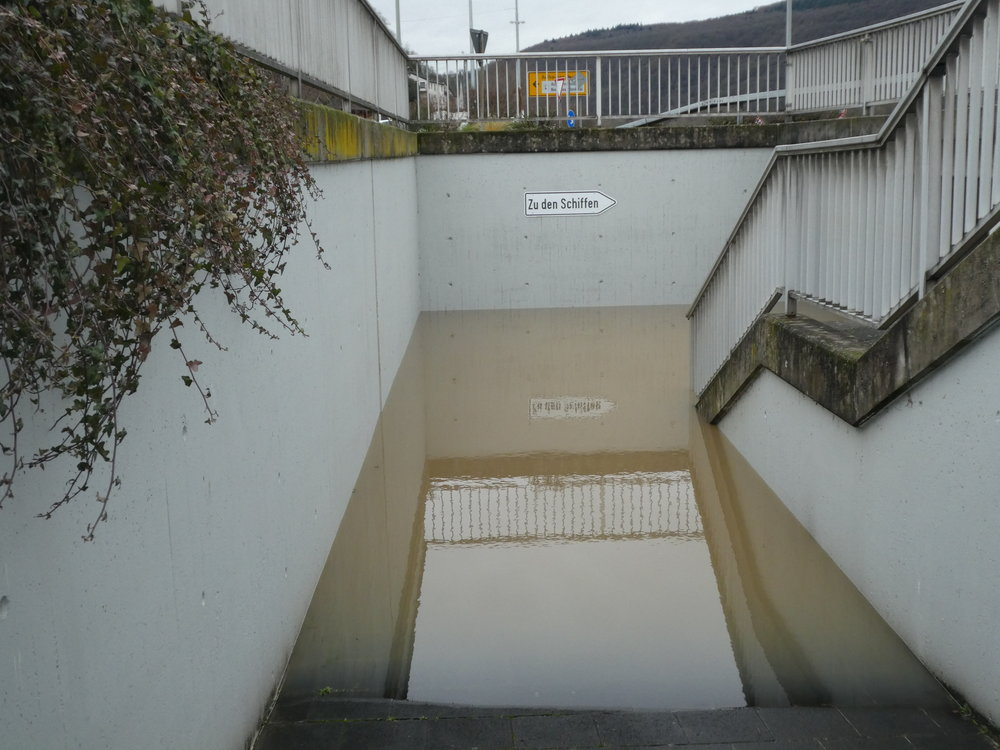 """The Middle Rhine Valley is a very narrow passage and gives the river not much lateral space to expand. Flooded pedestrian tunnel in Assmannshausen (Germany). The sign says: """"To the ships"""" (07.01.2018)"""