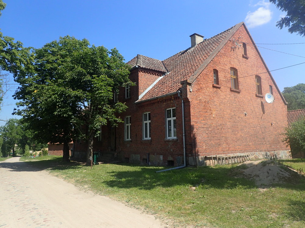 The former school of Voigtsdorf / Wójtowo