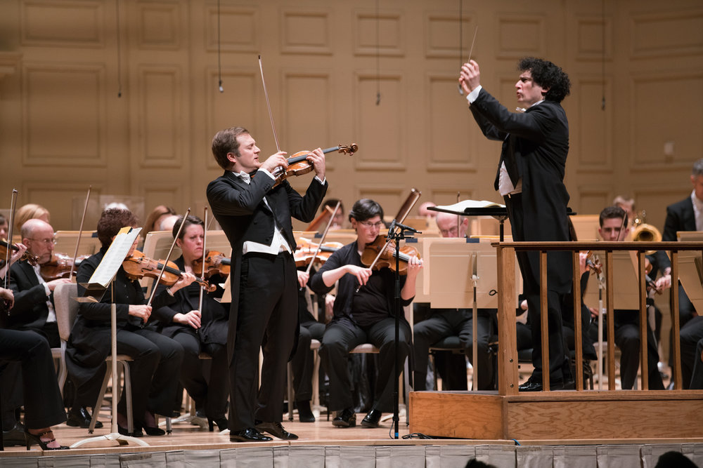 Alain Altinoglu à la Symphony Hall mercredi soir, menant l'Orchestre symphonique de Boston avec le violiniste Renaud Capuçon. Photographie Michael Blanchard