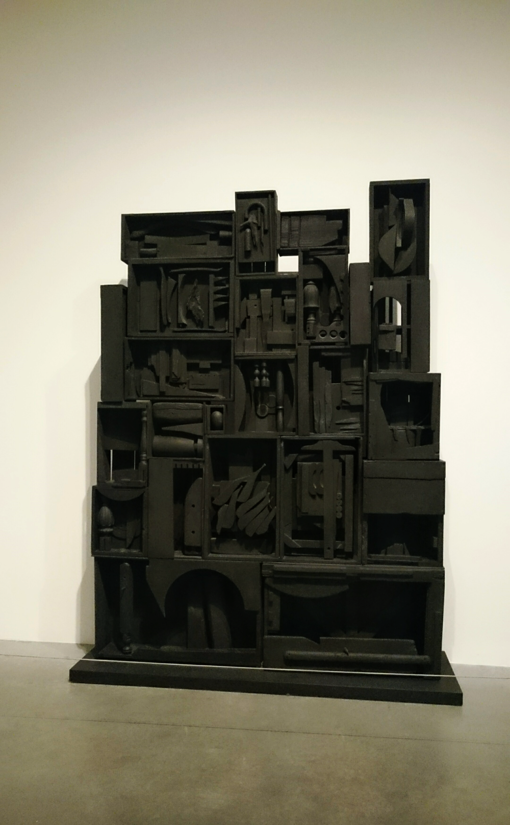 Louise Nevelson Black Wall 1959. Painted wood 2642x2165x648mm