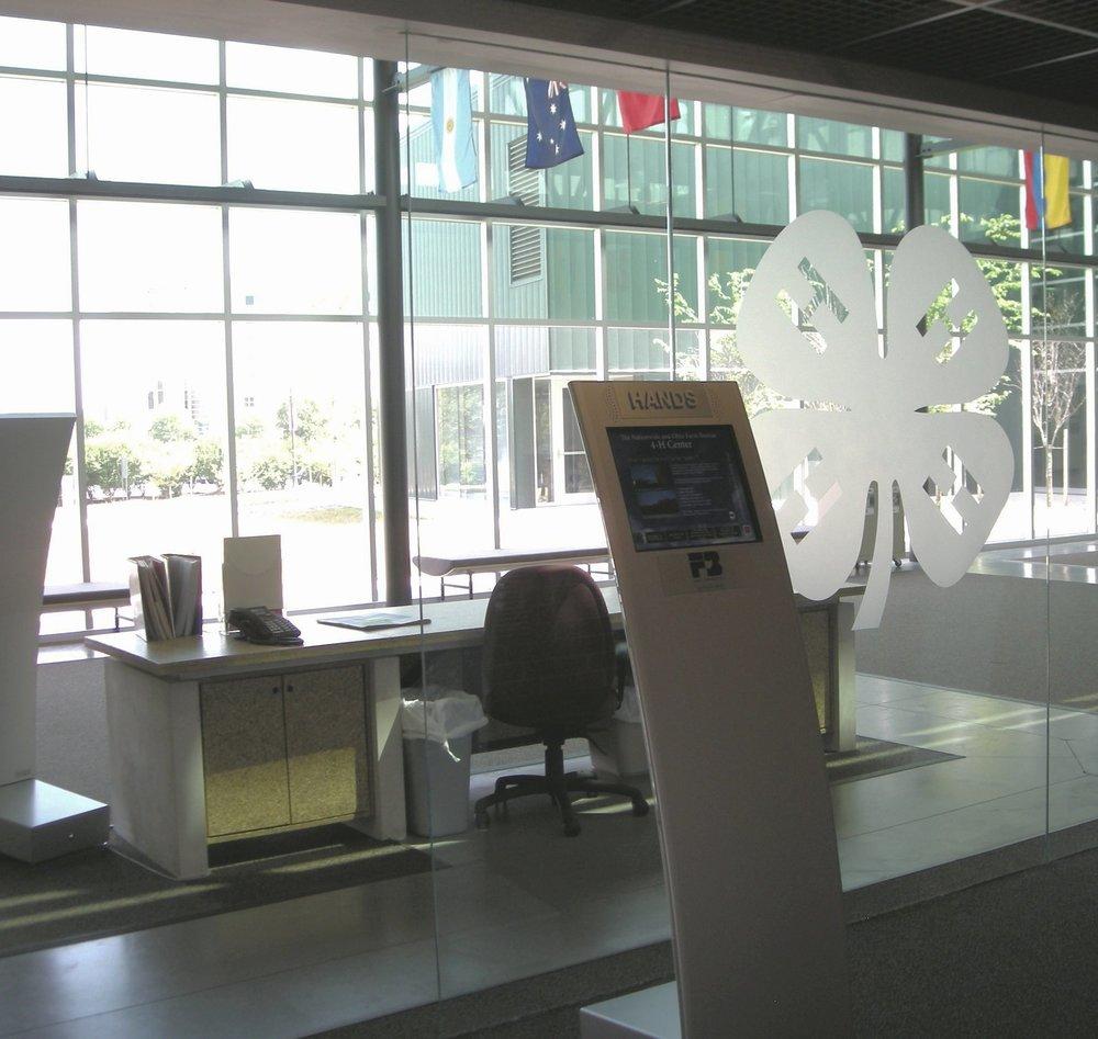 4-H 20080819-logo in glass 002.jpg