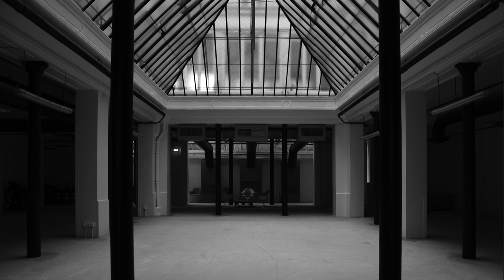 ELECTRIC PRINT - Un décor industriel, urban factory à deux niveaux baignés par la lumière d'une verrière.