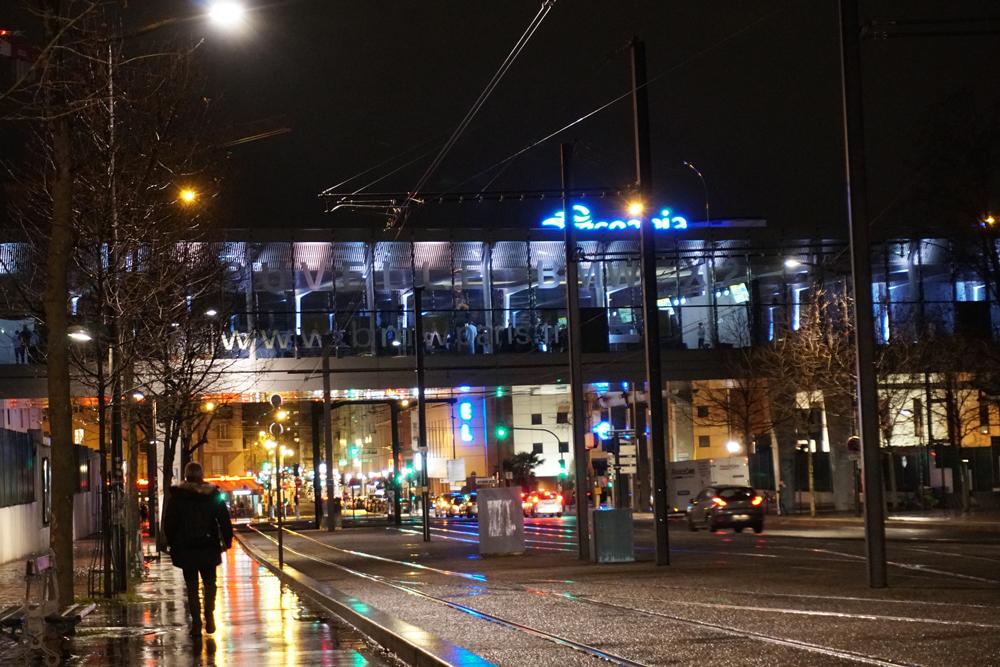 ELECTRIC BRIDGE - Une passerelle aux vitres panoramiques plongeant sur la ville.