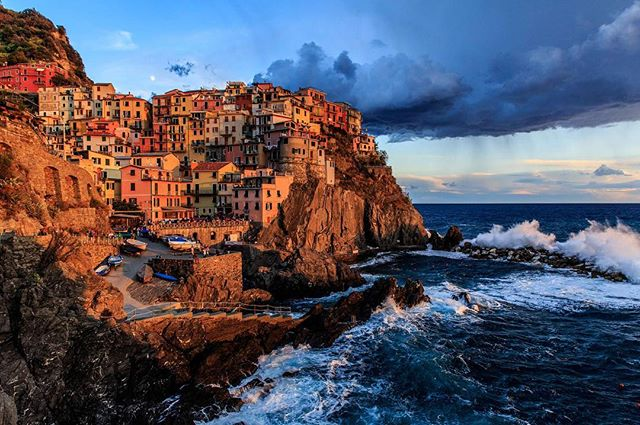 The beginning of a beautiful sunset in Manarola, Italy. #italy #italy_vacations #manarola #cinqueterre #canon6d #canonphotography