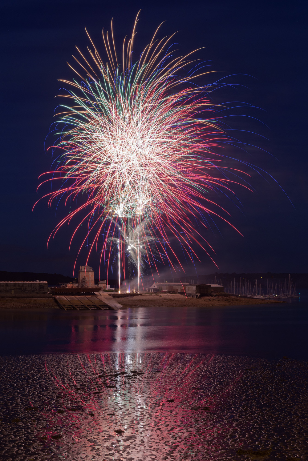 Fireworks_2: Nikon D800 with 24-70 mm Nikkor lens at 44 mm, ISO 200, 30 sec at f/16, tripod