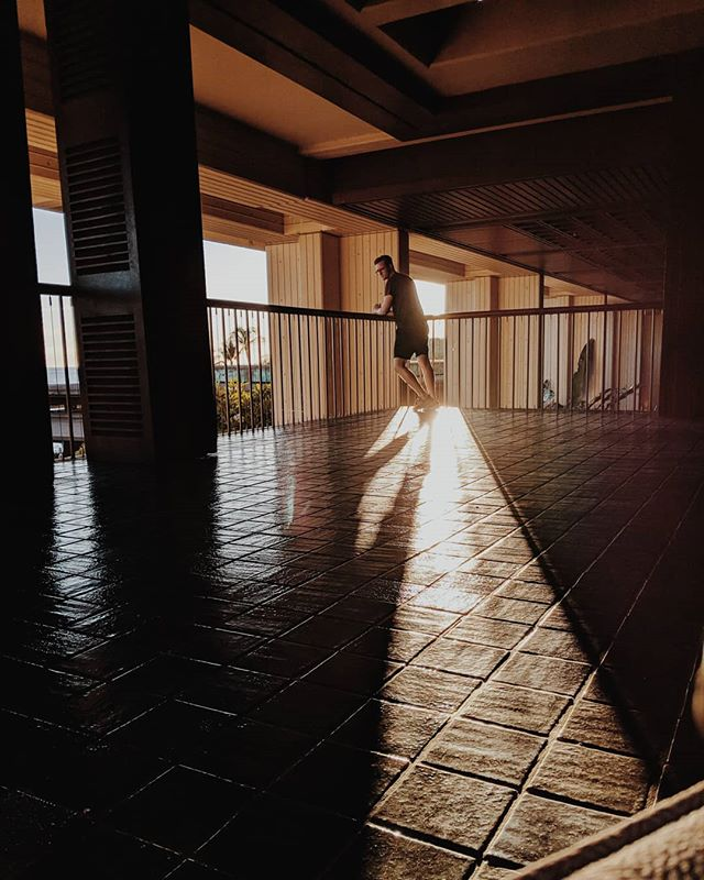 Long shadowed selfy. . . . #selfy #ExploreIslandofHawaii #islandofhawaii #longshadows #sunrise #sunset #hotellife #hotel #traveling #travel #explore #LetHawaiiHappen #vsco #vscocam #teampixel
