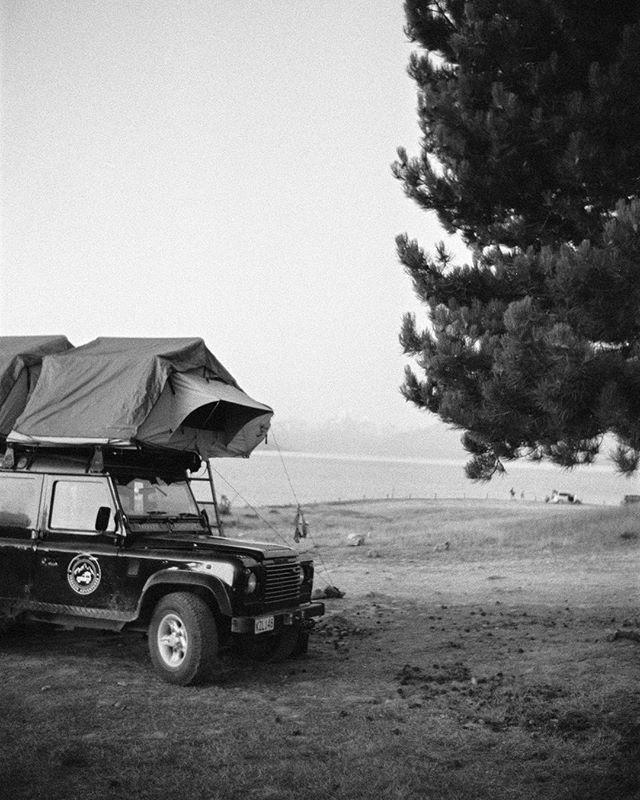 Camping with a Defender! New Zealand 2018 with @zweipfannen @trekkeradventures @yvesseeholzer  #leica #hp5 #filmisnotdead #newzealand #zweipfannen #carmencitafilmlab