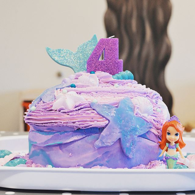 Happy Friday! A few tasty treats from my daughter Lynden's fourth birthday party. Love challenging my creative side. Make it a great weekend! Smiles, Jenna 💚#birthdaycake #mermaidtheme #creativelimejenna