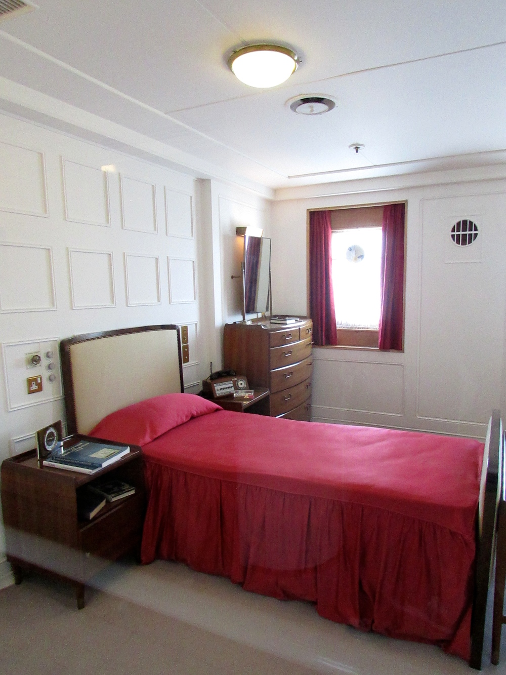 The Duke's private apartment also contains a single bed and simple furnishings. (I have to admit that I find it a bit strange that they have separate apartments. I guess this is a British thing? Or maybe a generational thing?)