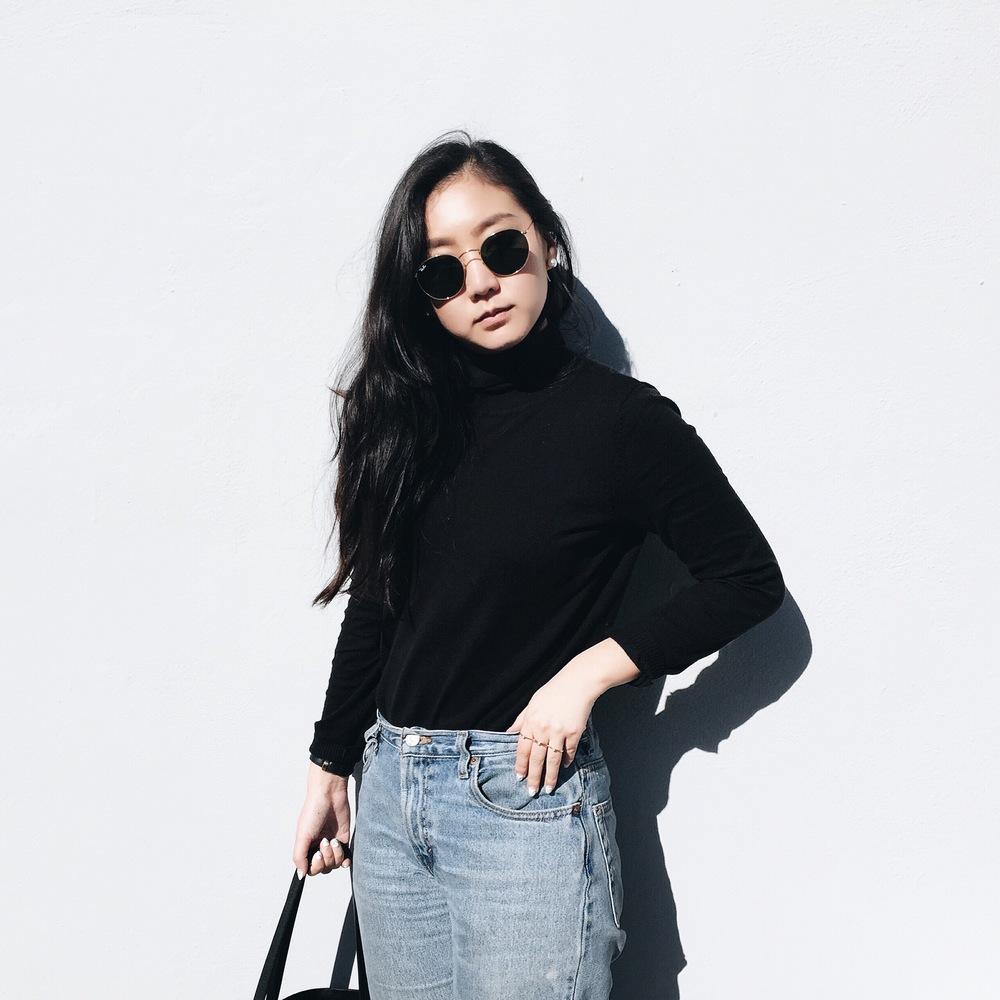 LEVI'S   jeans    / MANGO   turtleneck  / RAYBAN   retro-round sunglasses