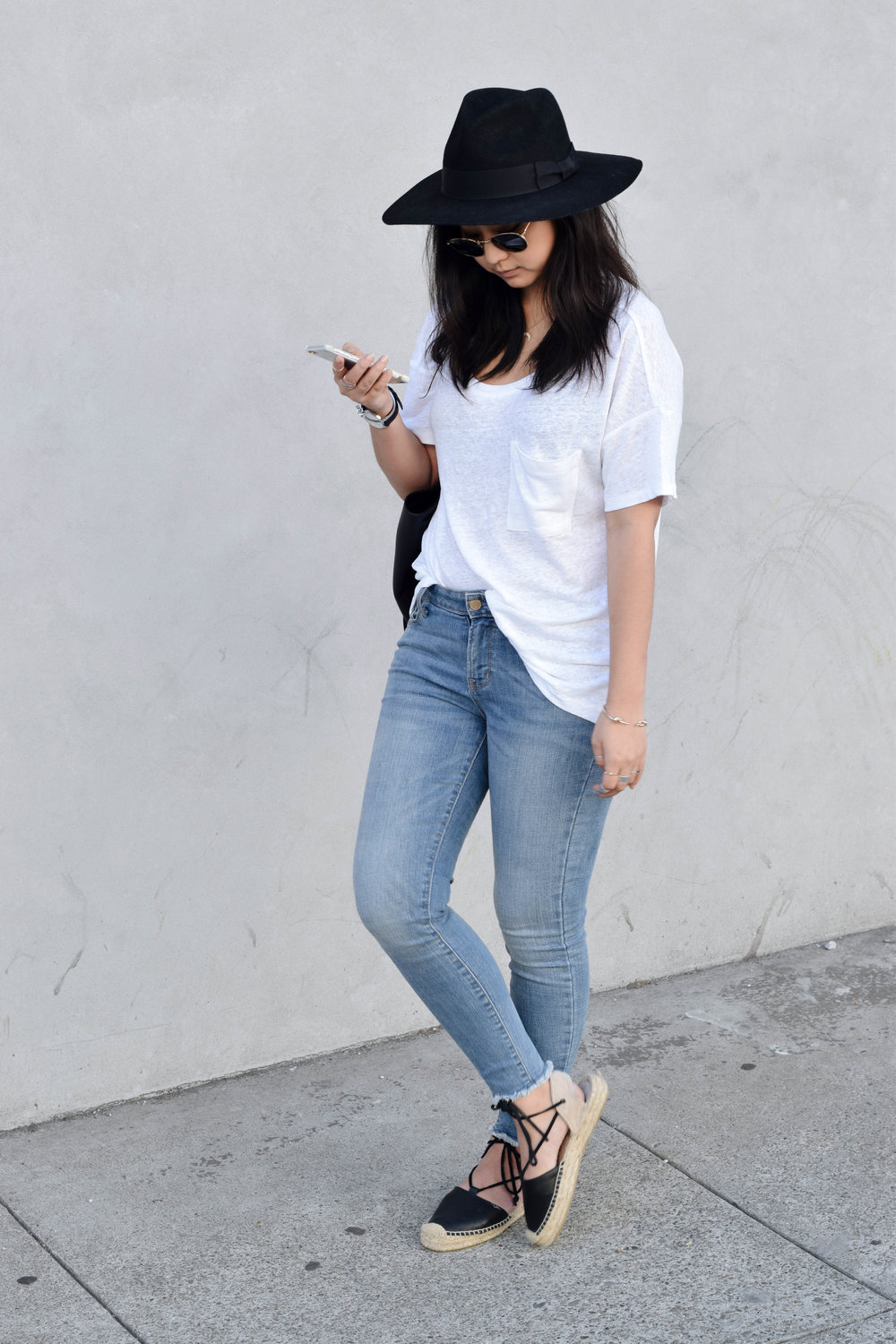 OLD NAVY boyfriend tee/ OLD NAVY mid-rise skinny jeans/ SOLUDOS sandals