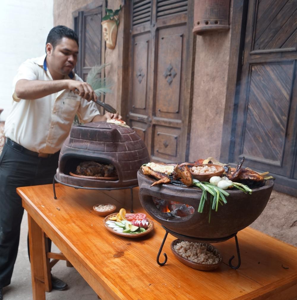 Ein Kohle Aztec Stein BBQ lässt sich sehr gut mit dem Holz Stein Pizzaofen kombinieren