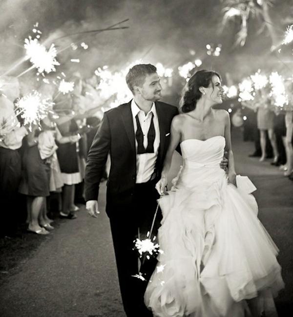 the-wedding-sparkler-send-off-L-uvuEra