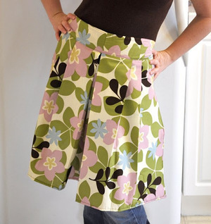 Pleated Apron with Hot Pads from the Mother Huddle