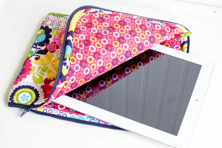 The Pretty Quilted iPad Case {free pattern} — SewCanShe   Free ...