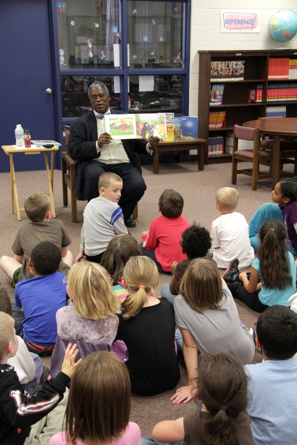 Kansas City, Missouri Mayor Sly James reads to students at Topping Elementary.