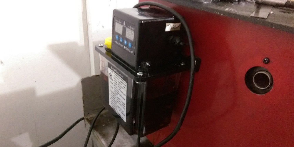 Automatic lubrication pump that starts with the power switch for the lathe. It is fully programmable for frequency and duration. This feed the manifold through a flexible line.