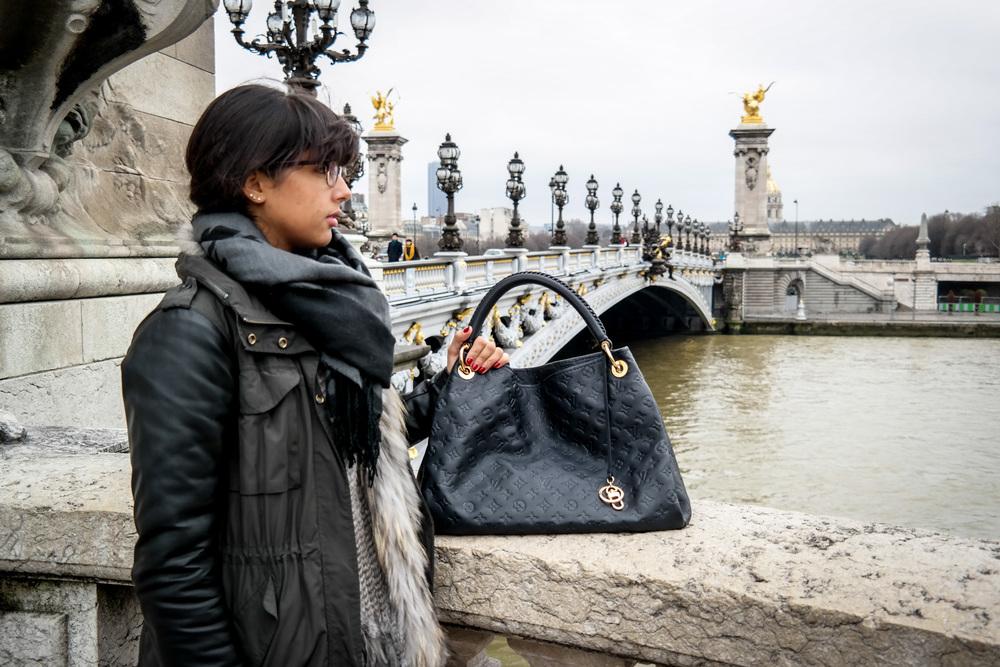 Sac Louis Vuitton sur le pont Alexandre III.